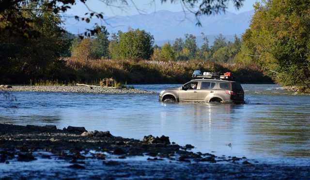 Вброд на автомобиле через водоем