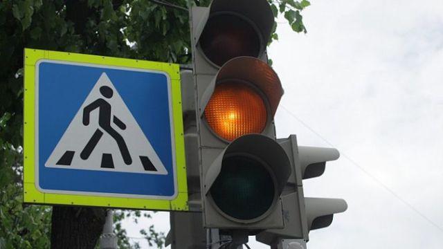 115 пешеходных переходов в Москве оборудуют шумовыми полосами